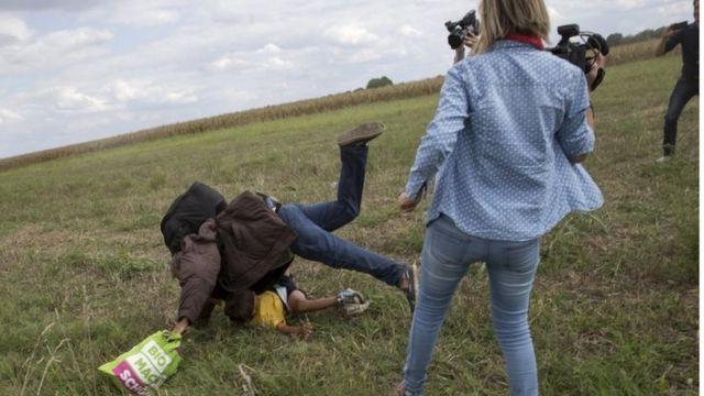 移民たちを転ばせたと非難されたハンガリーの女性カメラマンは解雇された(同国南部で、8日)