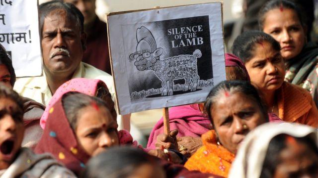 मनमोहन सिंगांविरोधात आंदोलन करताना विरोधक
