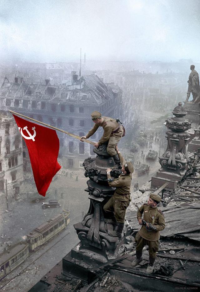 Reichtag: 蘇聯攝影師葉夫根尼•哈爾代伊(Yevgeny Khaldei)1945年5月2日在攻佔柏林戰鬥中拍攝的著名照片經過了彩色處理