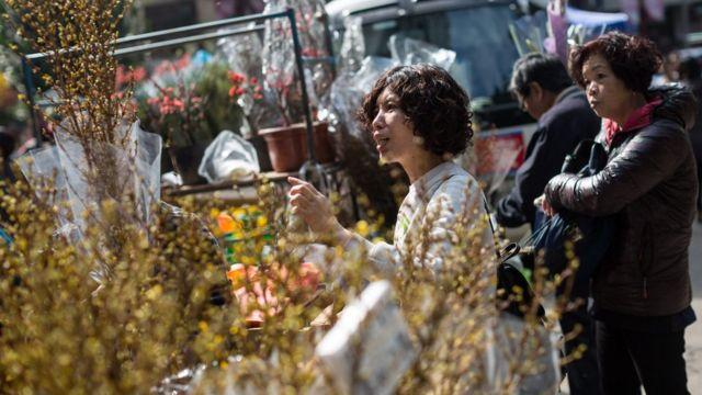 Mulher compra flores na China