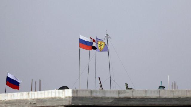 Флаги России, Турции и военного совета Манбиджа