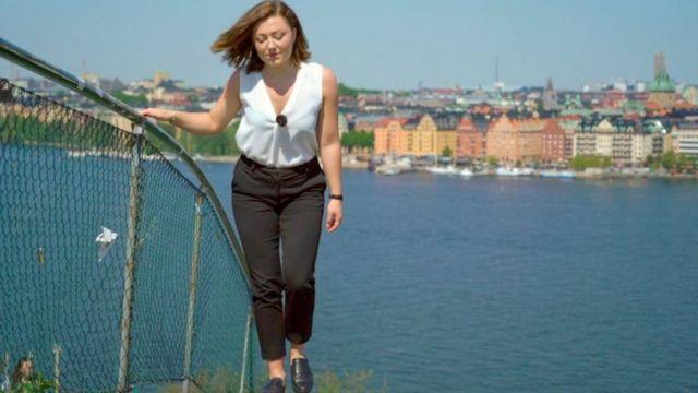 Cecilia Axeland sobe uma escada