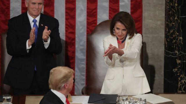 Нэнси Пелоси хвалит Трампа во время его выступления в Конгрессе США в феврале 2019 года