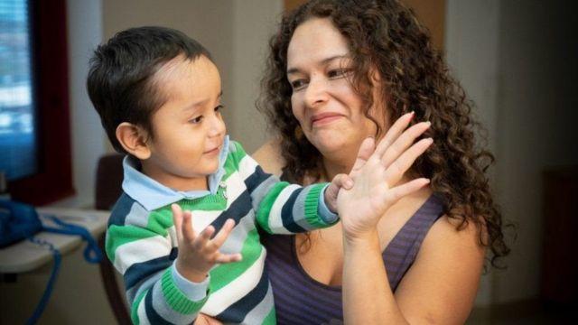الطفل جايل مع أمه بعد أن تلقى علاجا في مستشفى أطفال سانت جود