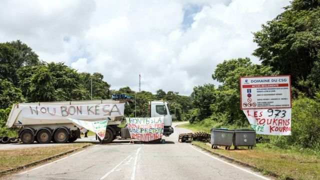 Un camión bloquea el acceso al Centro Espacial Guyanés en Kourou.