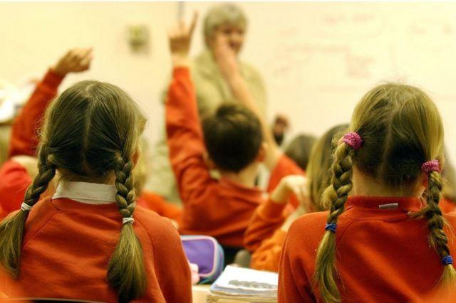 Deca školskim klupama