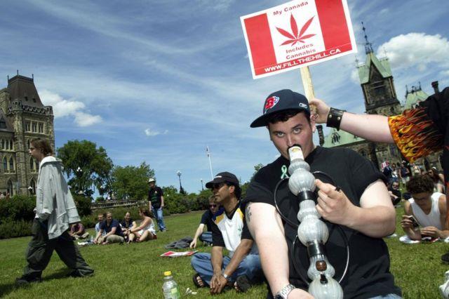 Kanada'da esararın yasallaşması için yapılan yürüyüşten bir kare