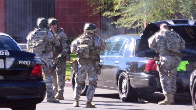 乱射事件現場の警察特殊部隊