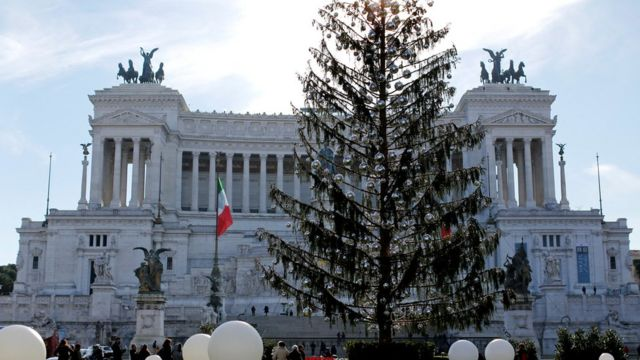 Roma'nın Venedik Meydanı'na yerleştirilen Noel ağacı görülüyor.