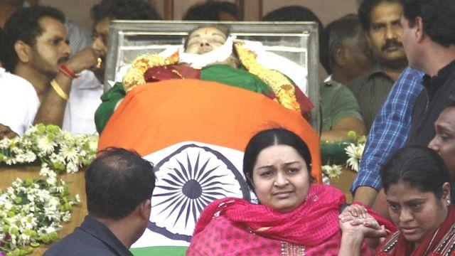 जयललिता के पार्थिव शरीर के पास दीपा जयकुमार