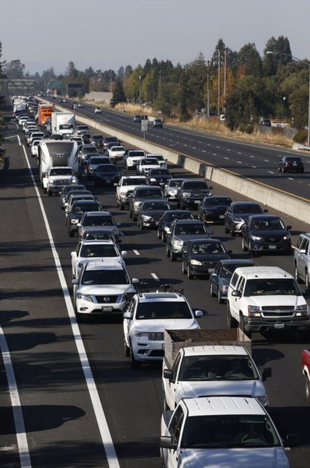 این ترافیک سنگین روز شنبه در باند جنوبی بزرگراه ۱۰۱ است