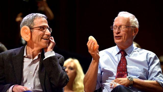 Entrega de los premios IG Nobel por el estudio del crecimiento de las orejas