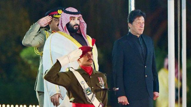 محمد بنسلمان (چپ) با استقبال گرم دولت پاکستان به این کشور سفر کرده است