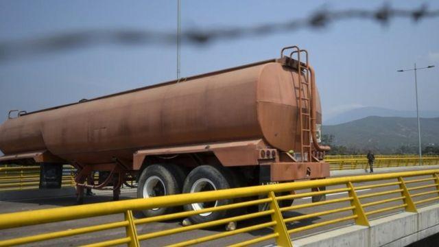 Imagem mostra caminhão tanque bloqueando a ponte da fronteira Tienditas, entre a Colômbia e a Venezuela. Foto: 6 de fevereiro