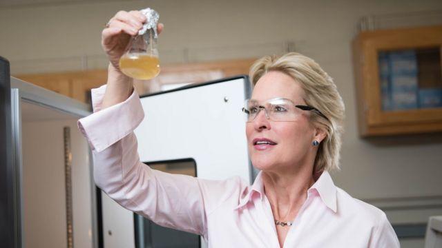Frances Arnold, ganhadora do Nobel de Química de 2018, em laboratório