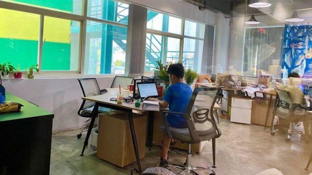 Chị Lam Đa phải đưa con đến công ty trong những con được nghỉ