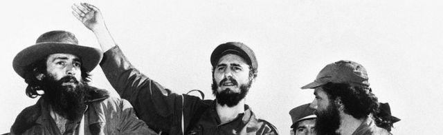 Fidel Castro (a tsakiya) da mambobin kungiyar yakin sunkuru a Havana. Photo: Janairun 1959