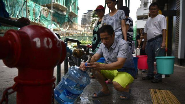 澳門居民在街邊消防栓排隊取水(24/8/2017)