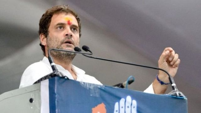 राहुल गांधी भाषण करताना