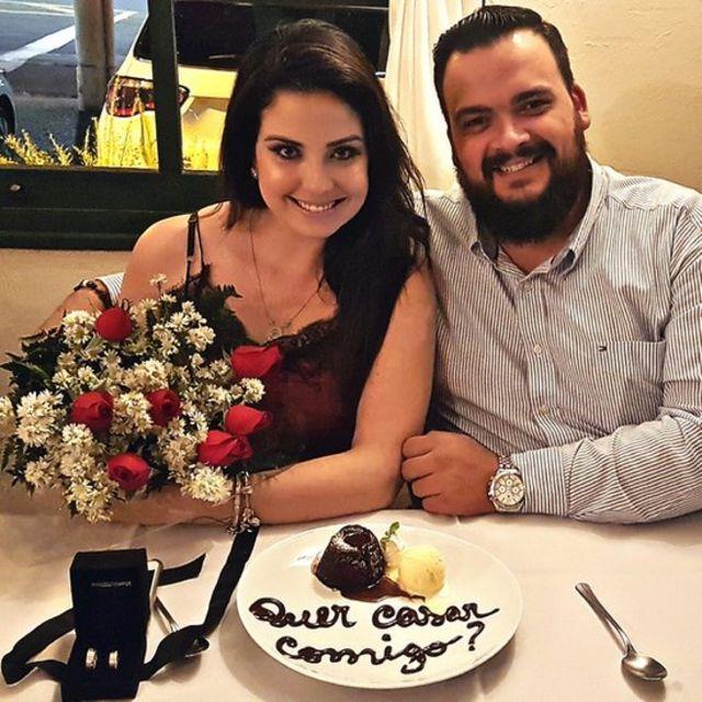 Carla e Felipe no dia em que noivaram