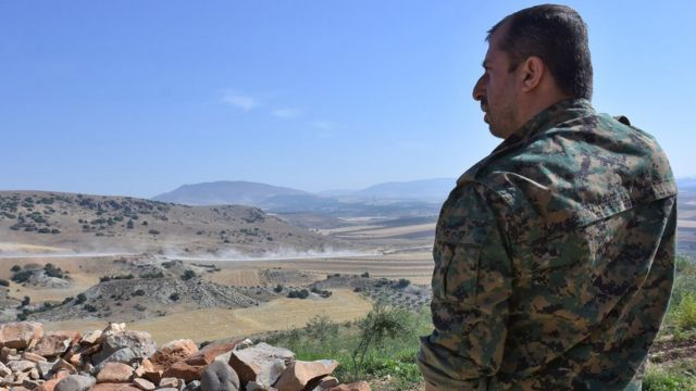 A miliciano las Unidades de Protección Popular (conocidas como YPG por sus siglas en kurdo) custodia la zona de Afrín, junio de 2017.