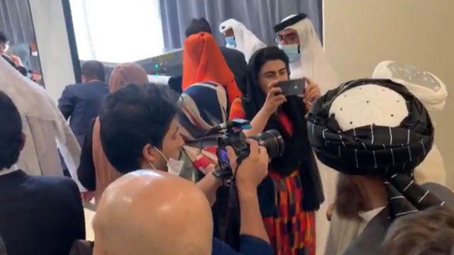 Shazia Haya Taliban heyetinin fotoğrafını çekerken