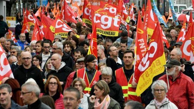 حدود شش ماه پیش (مهر ماه ۱۳۹۶) کارکنان بخش عمومی فرانسه در اعتراض به برنامه دولت برای عدم افزایش حقوق و کاهش شمار شاغلان این بخش دست از کار کشیدند و دست به اعتراض زدند