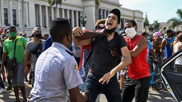 Manifestante en La Habana siendo arrestado
