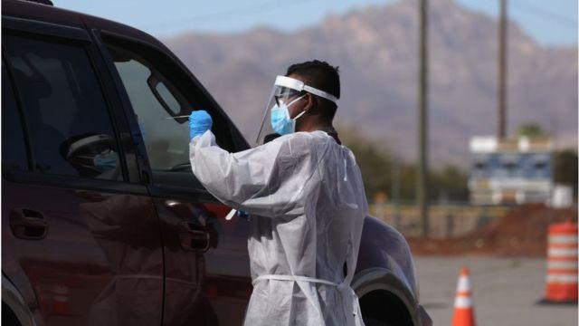 Profissional de saúde faz Kovid-19 na pessoa dentro do carro