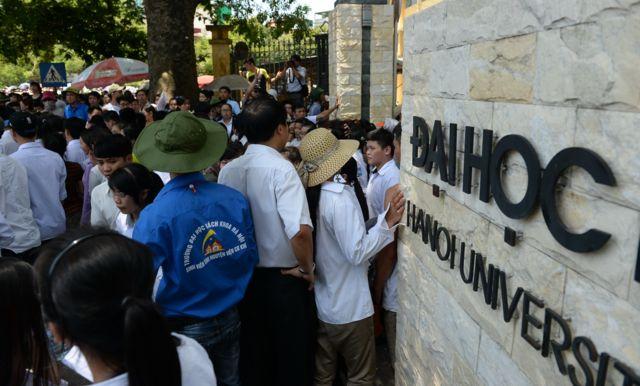 Các sĩ tử rời trường thi sau một kỳ thi ở Hà Nội.