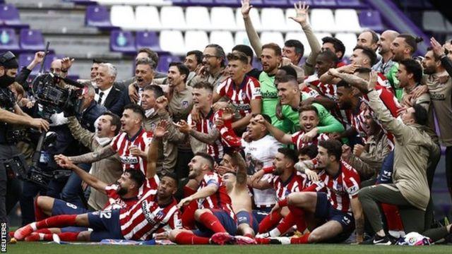 Abakinnyi ba Atletico Madrid bishimira kwegukana igikombe