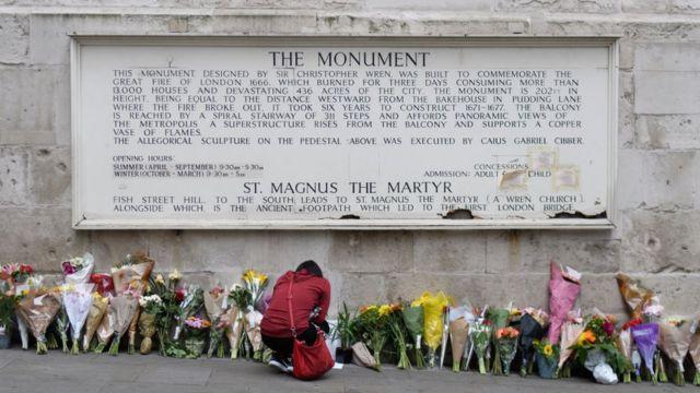Цветы недалеко от места теракта в Лондоне 3 июня 2017 года