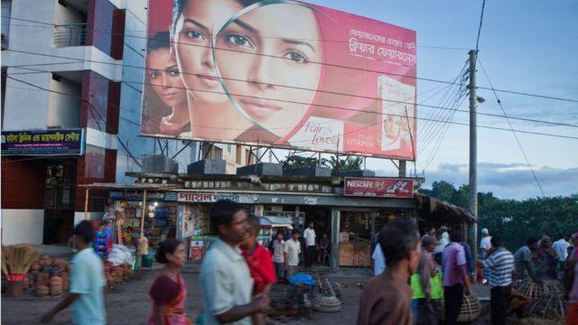 Un grand panneau publicitaire pour la crème éclaircissante pour la peau à Jessore, Bangladesh