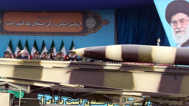 El presidente iraní Hassan Rouhani observa un desfile militar en Teherán en abril de 2019.