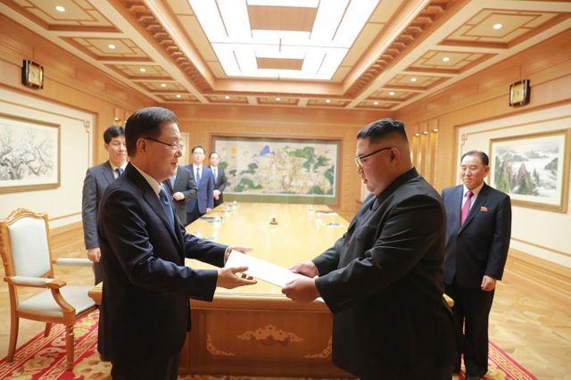정의용 국가안보실장이 5일 북한 평양에서 김정은 위원장에게 문 대통령의 친서를 전달했다