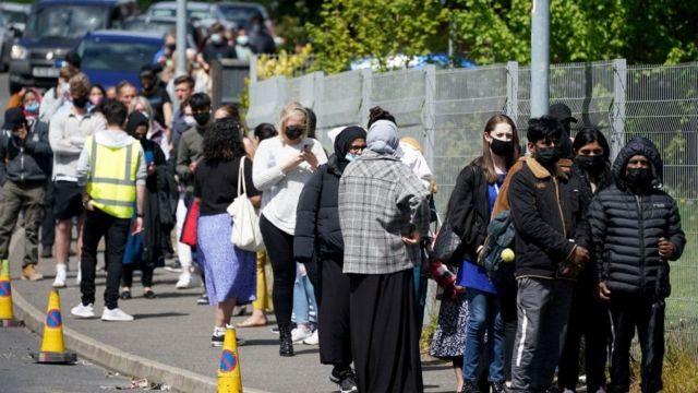 İngiltere'de Hindistan varyantının en çok görüldüğü kent olan Bolton'da aşı kuyruğundakiler