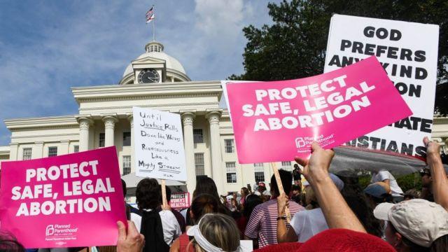 در شهر مونتگامری آلاباما، حامیان سقط جنین در برابر دادگاه تجمع کردهاند تا مخالفت خود را با مصوبه دولت محلی نشان دهند