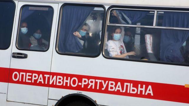 Autobús con personas evacuadas de China a Ucrania.