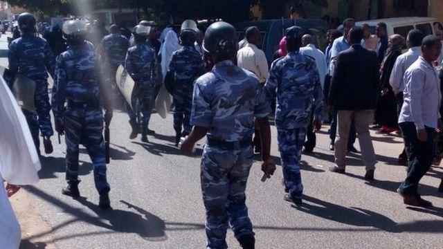 صور لأفراد من شرطة مكافحة الشغب
