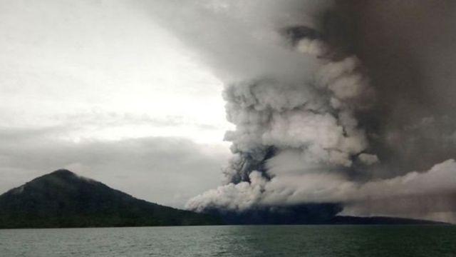 Letusan Gunung Anak Krakatau.