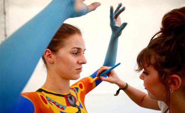 جنوبی افریقہ کی فنکار کارلا گوس نے ماڈل کورینا کے جسم پر اپنے فن کا مظاہرہ کیا ہے
