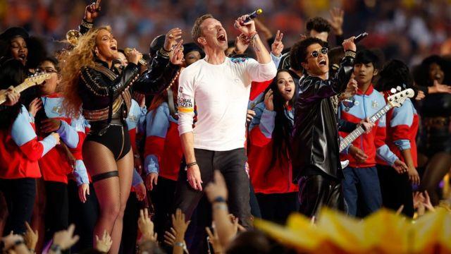 Beyoncé, Chris Marin y Bruno Mars, en el show del Super Bowl 50