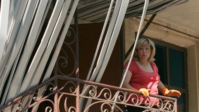 Українка на балконі зруйнованого будинку в Донецьку