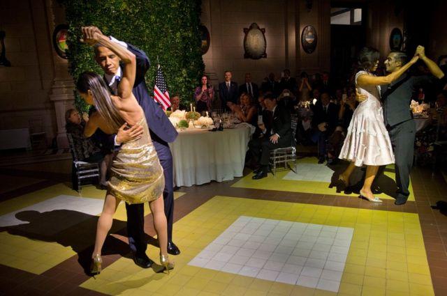 Perezida Barack Obama n'umugore we Michelle Obama babyina tango