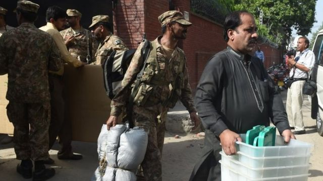 جنود يأمنون الانتخابات في باكستان