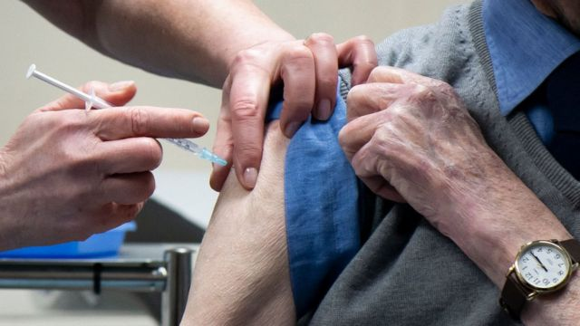 Hombre recibiendo una vacuna en Reino Unido.