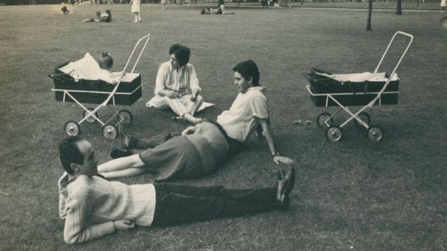 Vladimir Herzog e o casal Pacheco Jordão no parque, em 1966. Completam a fotografia os carrinhos de bebê dos filhos Ivo Herzog e Beatriz Pacheco Jordão