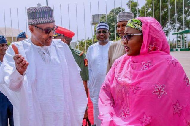 Shugaba Buhari da mai dakinsa Aisha Buhari yayin da za su bar Abuja zuwa Daura domin yin zabe