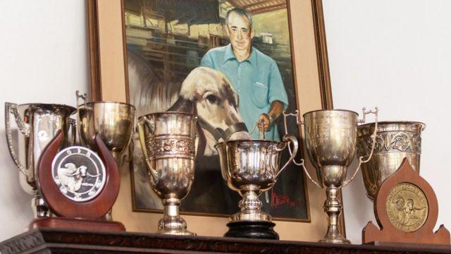 Retrato de Celso Cid diante de troféus