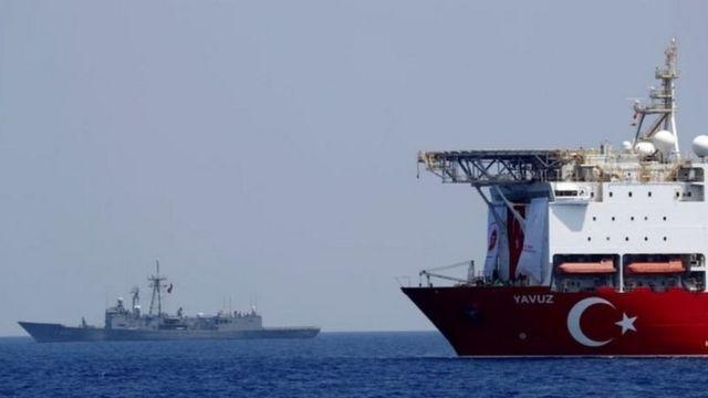 فرقاطة حربية تركية ترافق سفينة حفر وتنقيب في شرقي المتوسط